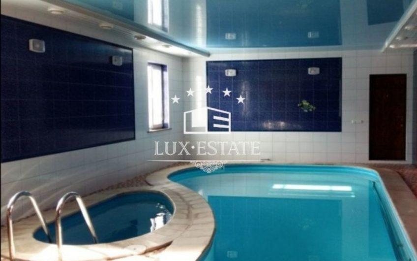 Аренда  дома с басейном и баней в черте города